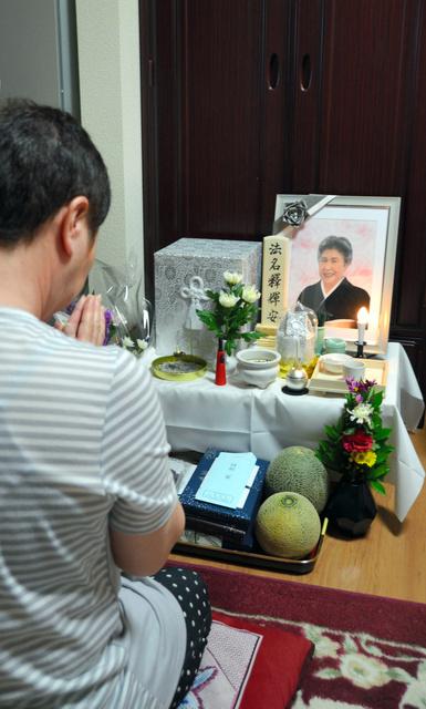 ミキエさんの遺影に手を合わせる長女=6月12日午前11時31分、大阪市住之江区、辻村周次郎撮影