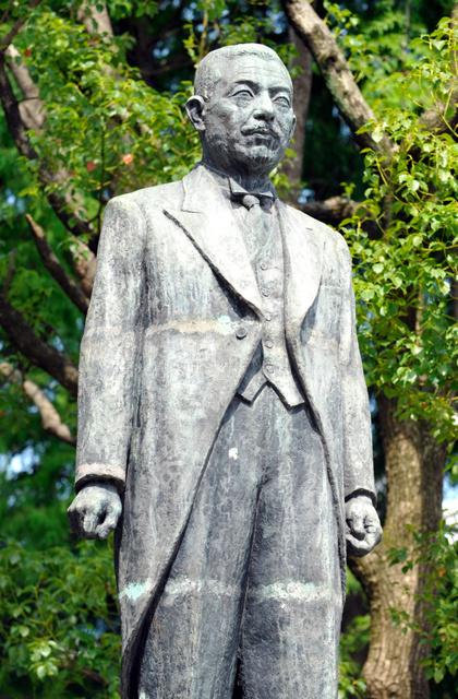 大阪市中央公会堂の東に立つ関一の銅像。作者は清水多嘉示=大阪市北区