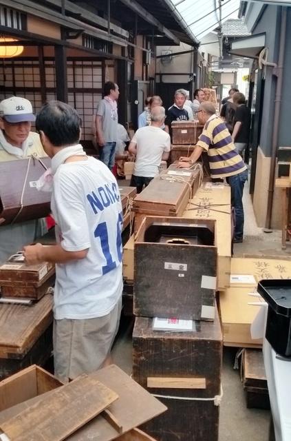 山を飾っていた懸装品を丁寧に木箱に入れ、蔵に運び込んだ=中京区三条町