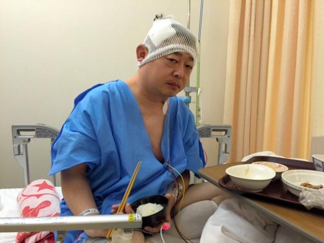 頭から血腫を取り除く手術を受けた翌日の東裕也さん=本人提供