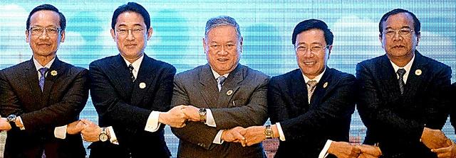 25日、ASEAN各国外相と集合写真に納まる岸田文雄外相(左から2人目)=AFP時事