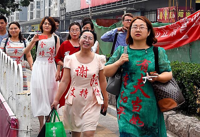 拘束から1年を前に、最高人民検察院に抗議に向かう王峭嶺さん(右)ら弁護士の妻たち=4日、北京、延与光貞撮影