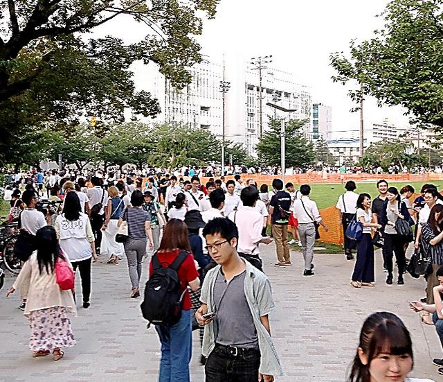 ポケモンGOの利用者でにぎわう錦糸公園=25日、東京都墨田区、坂本進撮影