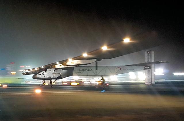 アラブ首長国連邦(UAE)の首都アブダビの空港で26日未明(日本時間同日午前)、太陽光エネルギーだけで初の世界一周を成功させて着陸する太陽電池飛行機「ソーラー・インパルス2」=AP