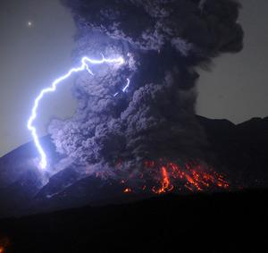 桜島が爆発的噴火、5千メートルの噴煙 鹿児島