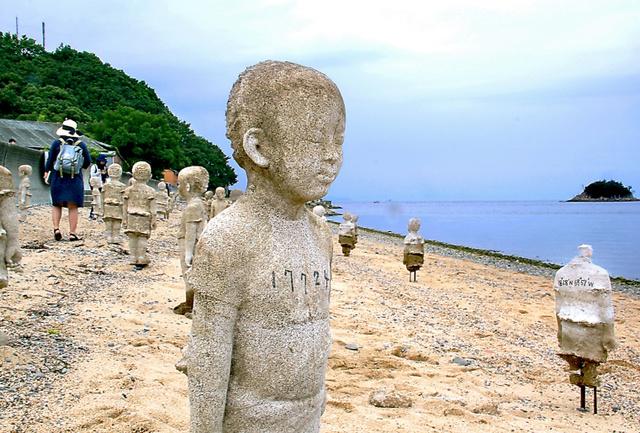 林舜龍「国境を越えて・潮」。1体が一つの国を象徴し、故郷の方角を向いて立つ=小豆島
