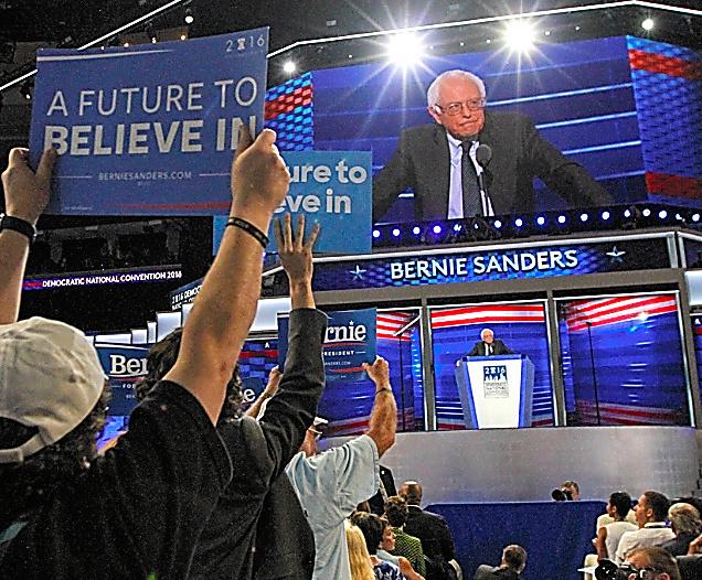 民主党全国大会で演説のため聴衆の前に立つサンダース上院議員=25日、ペンシルベニア州フィラデルフィア、ランハム裕子撮影