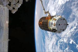 2015年8月、宇宙飛行士・油井亀美也さんが国際宇宙ステーション(ISS)からキャッチしたこうのとり5号機=油井さんのツイッターから