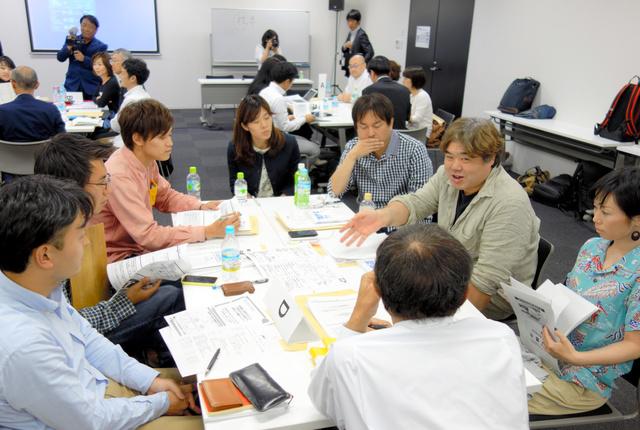 トヨタ財団の「カイケツ」講座で課題を話し合うNPO関係者ら=今年5月、名古屋市中村区