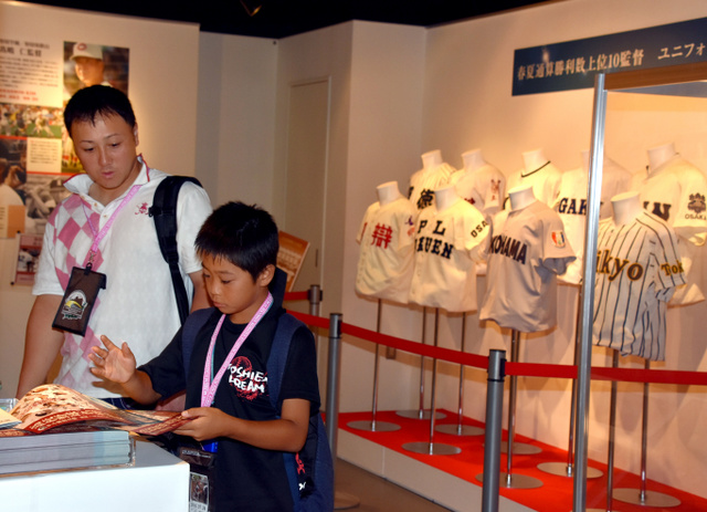 高校野球の名将たちが着ていたユニホームなどが並ぶ特別展=兵庫県西宮市の甲子園歴史館