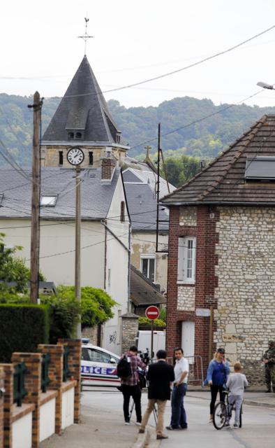 立てこもり事件が起きた仏北西部ルーアン近郊の教会は26日、警察によって立ち入りが禁止されていた=AFP時事