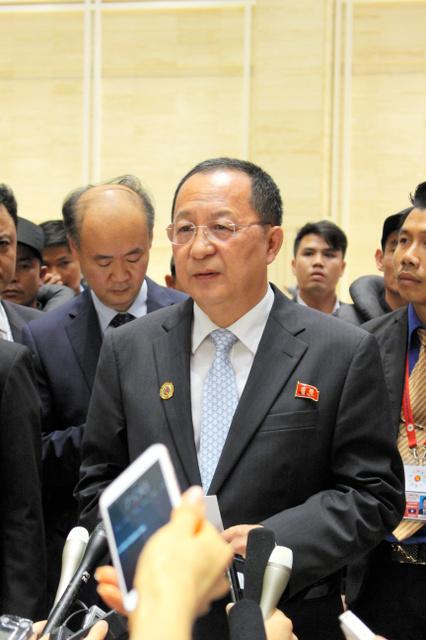 26日夜、ビエンチャンで記者会見する北朝鮮の李容浩(リヨンホ)外相(中央)=李聖鎮撮影