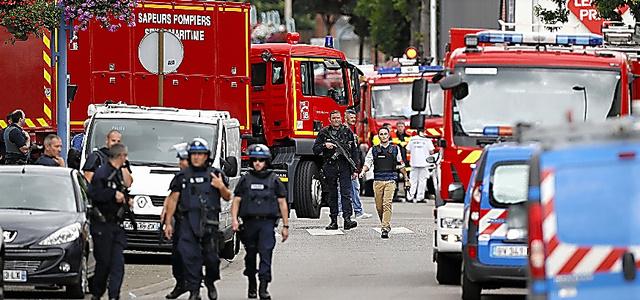 仏北西部ルーアン近郊で26日、立てこもり事件が起きた教会に到着した警察官=AFP時事