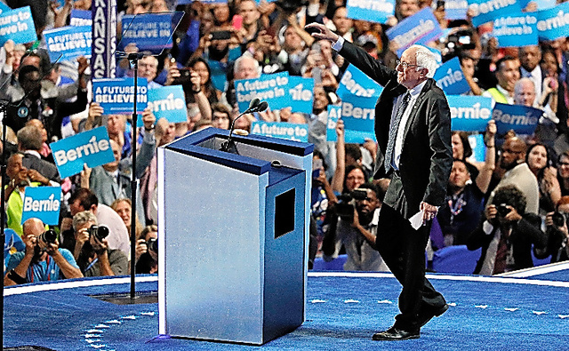 米ペンシルベニア州フィラデルフィアで開催中の民主党全国大会で聴衆に応えるサンダース上院議員=AP