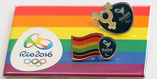 LGBTを象徴するレインボーフラッグなどがあしらわれたピンバッジやマグネット=21日、ブラジル・リオデジャネイロ、西畑志朗撮影
