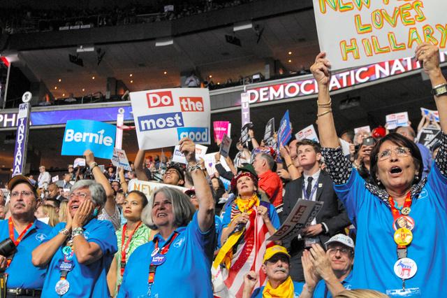 米民主党大会で歓声を上げる代議員ら=フィラデルフィア、ランハム裕子撮影