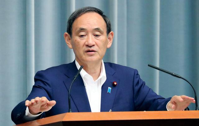 記者会見する菅義偉官房長官=27日午前11時26分、首相官邸、飯塚晋一撮影