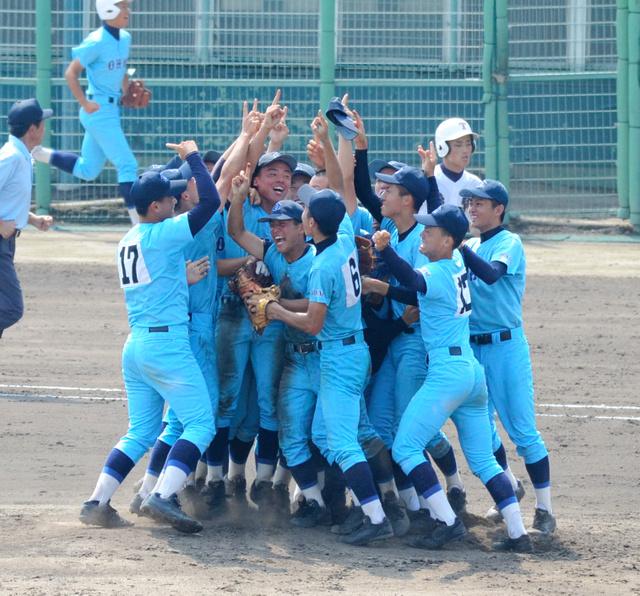 高島―近江 優勝を決め、マウンドに集まって喜ぶ近江の選手たち=県立彦根