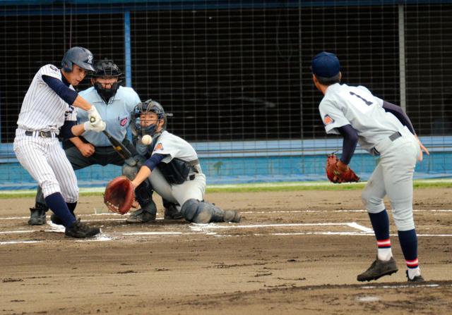 袋井―常葉菊川 一回裏常葉菊川無死、先頭打者の栗原が初球を右越えに本塁打を放ち先制。捕手進藤=草薙