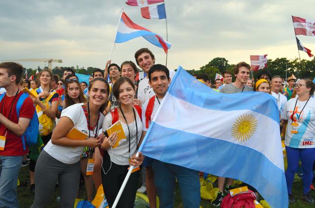 世界青年の日の開幕ミサに出席した世界各国の参加者ら=26日、ポーランド・クラクフ、山尾有紀恵撮影