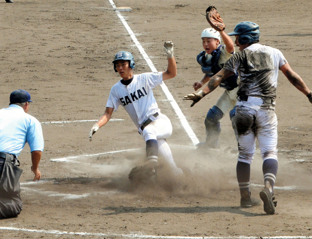 境―米子松蔭 八回表境1死二、三塁、渡辺の左前安打で二塁走者塩田が三塁走者勝部(右)に続いて生還。捕手植田=どらドラパーク米子市民