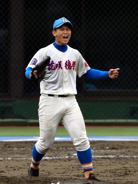 最後の打者から三振を奪いガッツポーズする花咲徳栄・高橋昂也投手