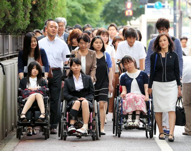 東京地裁へ向かう、子宮頸がんワクチン薬害訴訟の原告ら=27日午後、東京・霞が関、川村直子撮影