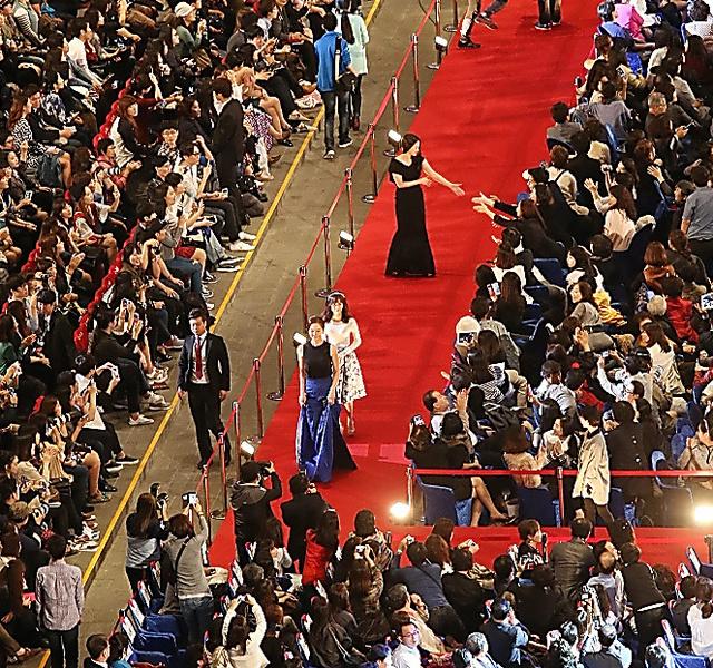 2014年10月に開かれた釜山国際映画祭の初日、レッドカーペットを歩く俳優ら=東亜日報提供