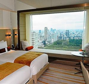 「タワー」最上階のホテルの標準タイプの一室。「額縁」に見立てた広い窓からは都心を一望できる