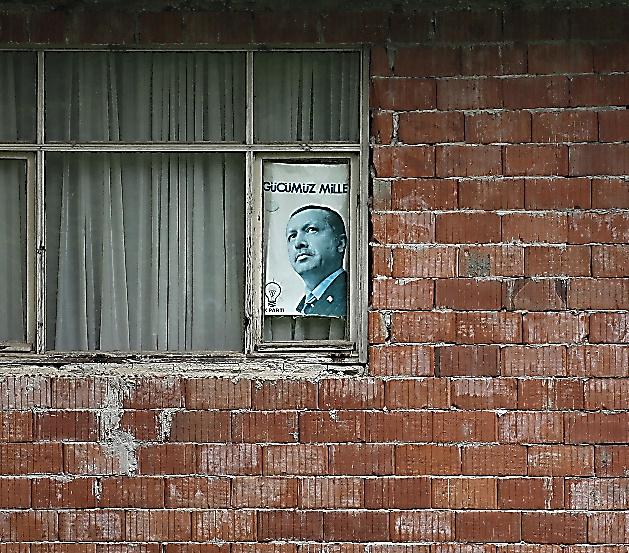 エルドアン大統領も頻繁に訪れる父親の実家には、エルドアン氏のポスターが貼ってあった=23日、トルコ北東部ドゥマンカヤ、矢木隆晴撮影