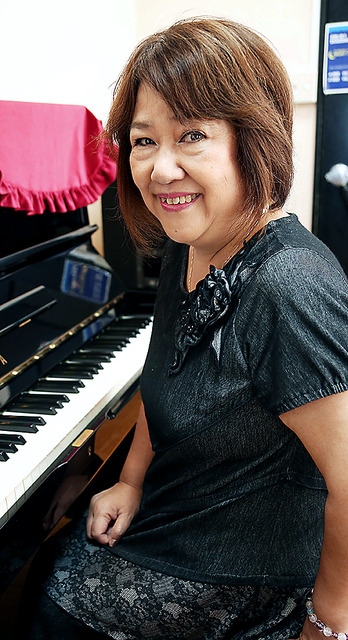 ピアノに向かう小坂明子さん。ライブ活動を10年前に再開した=早坂元興撮影