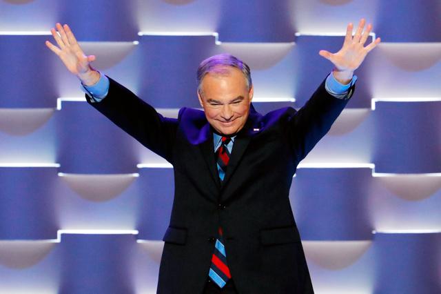 米フィラデルフィアで開かれている民主党全国大会で27日、両手を上げて壇上に立つ副大統領候補のティム・ケーン氏=AP