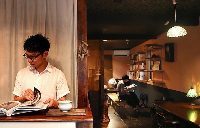 琥珀で客も境さん(左)も思い思いに過ごす=伊藤菜々子撮影