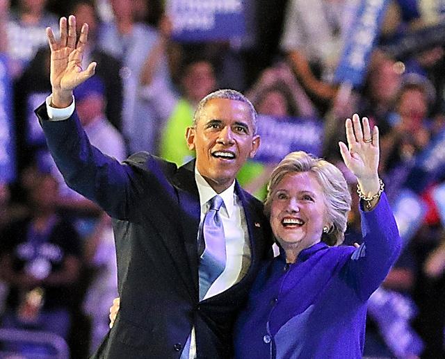 民主党全国大会で、演説を終えたオバマ大統領とクリントン前国務長官が代議員らに笑顔で手を振った=27日、フィラデルフィア、佐藤武嗣撮影