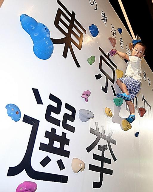 都選管が企画したボルダリング用の壁=28日午前、東京都墨田区、川村直子撮影