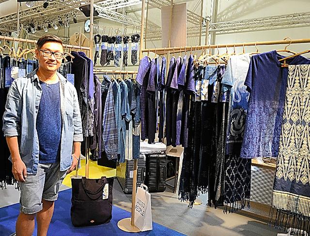 インディゴ・ピープルの商品とデザイナーのヤンさん