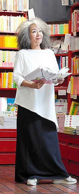 自らデザインした服を着る落合恵子さん=神ノ川智早氏撮影