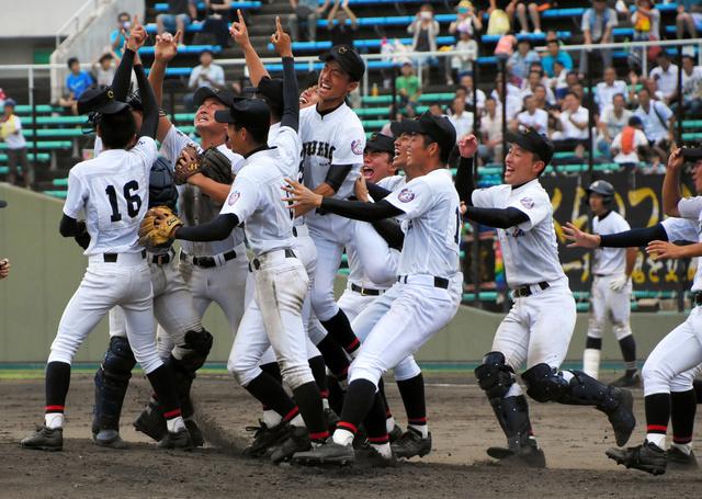 優勝決定の瞬間、マウンドに駆け寄る中京の選手たち