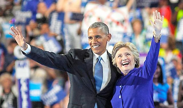 オバマ大統領の演説後、壇上に登場して共に歓声に応えるクリントン前国務長官=フィラデルフィア、ランハム裕子撮影