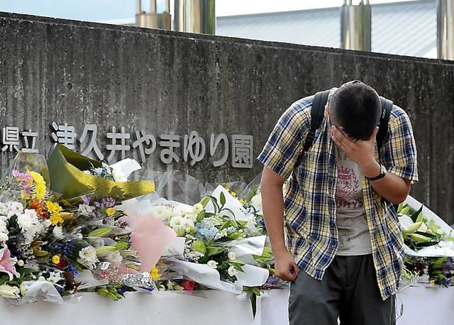 献花台に花を手向けた男性は、しばらく泣き続けていた。かつて、同施設に通っていたという=28日午後、相模原市緑区、北村玲奈撮影