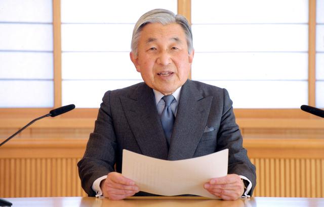 東日本大震災時にビデオメッセージで思いを述べた天皇陛下=宮内庁提供