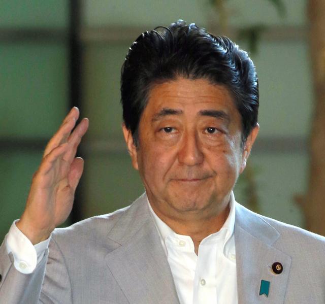 首相官邸に入る安倍晋三首相=29日午前9時53分、飯塚晋一撮影
