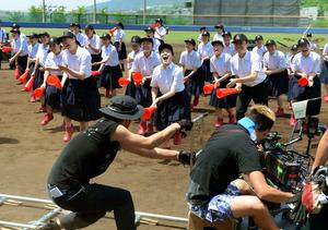 テレビCMの収録で踊る大阪府立今宮高校のダンス部員ら=5月14日、兵庫県西宮市
