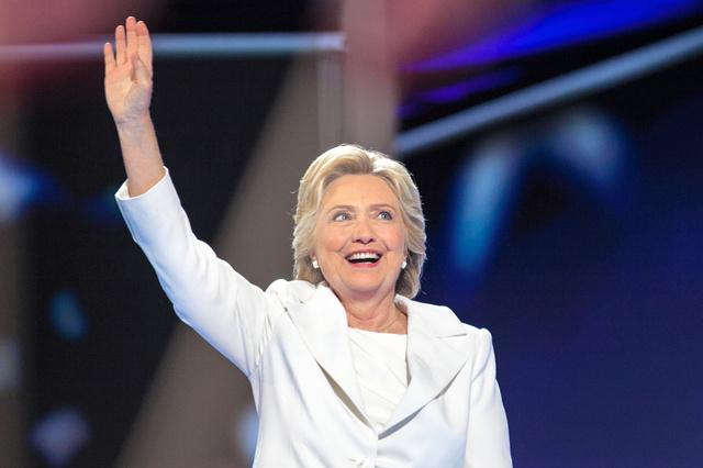 米民主党全国大会最終日の28日、大統領候補の指名受諾演説に臨むクリントン前国務長官=ペンシルベニア州フィラデルフィア、ランハム裕子撮影