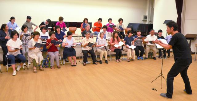 8月のドイツ演奏旅行に向けて練習する合唱団=高知市曙町2丁目の高知大学