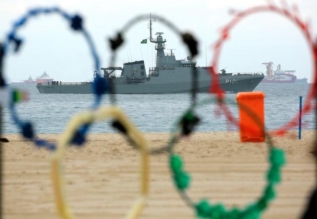 コパカバーナビーチの沖合では、艦艇が警戒にあたっていた=ブラジル・リオデジャネイロ、西畑志朗撮影