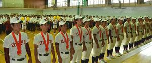 壮行会で校歌を歌う日南学園の選手たち=日南市
