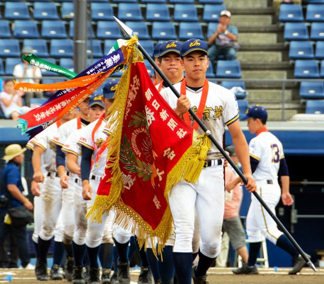 優勝旗を持ってダイヤモンドを一周する前橋育英の選手たち=上毛新聞敷島