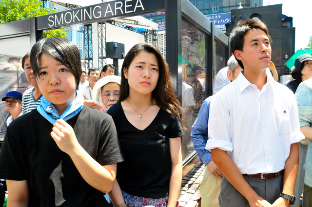 知事選候補者の街頭演説を初めて聞いたという高校3年生の3人。(左から)染谷くるみさん、豊島風音さん、吉田匡佑さん=港区