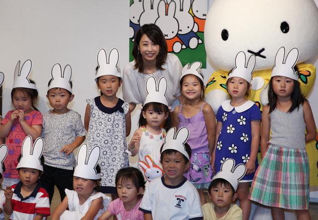 子供達と一緒に記念撮影をする加藤綾子